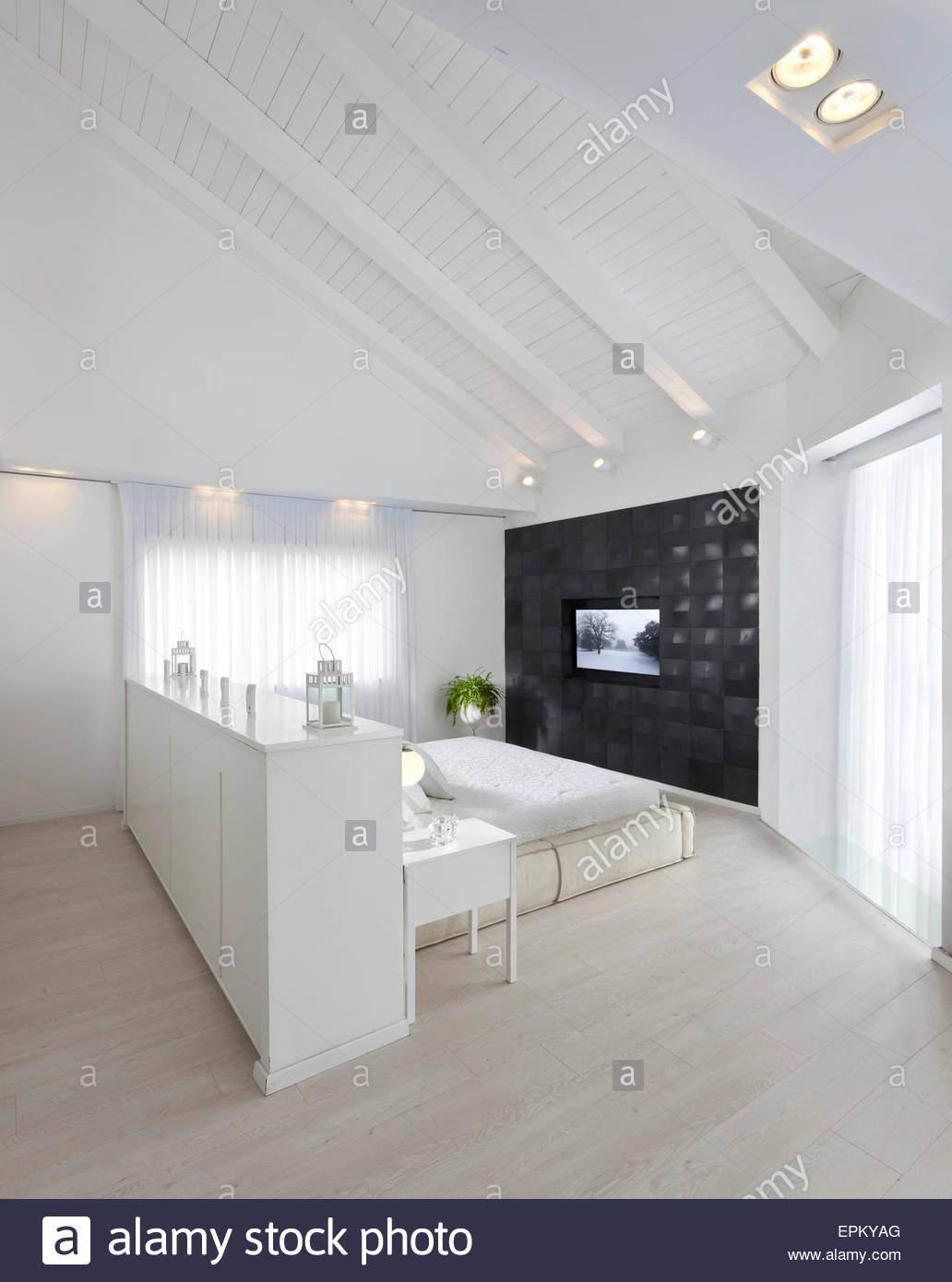 Weie Dachgeschoss Schlafzimmer Mit Doppelbett Und Eingebautem TV In