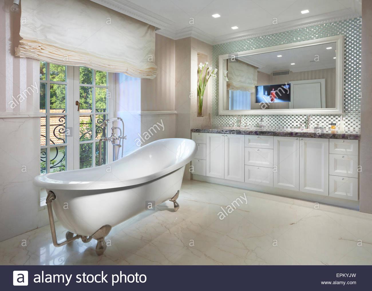 Charming Bad Mit Freistehender Badewanne Reference Of Badezimmer In Villa In Savion, Israel.