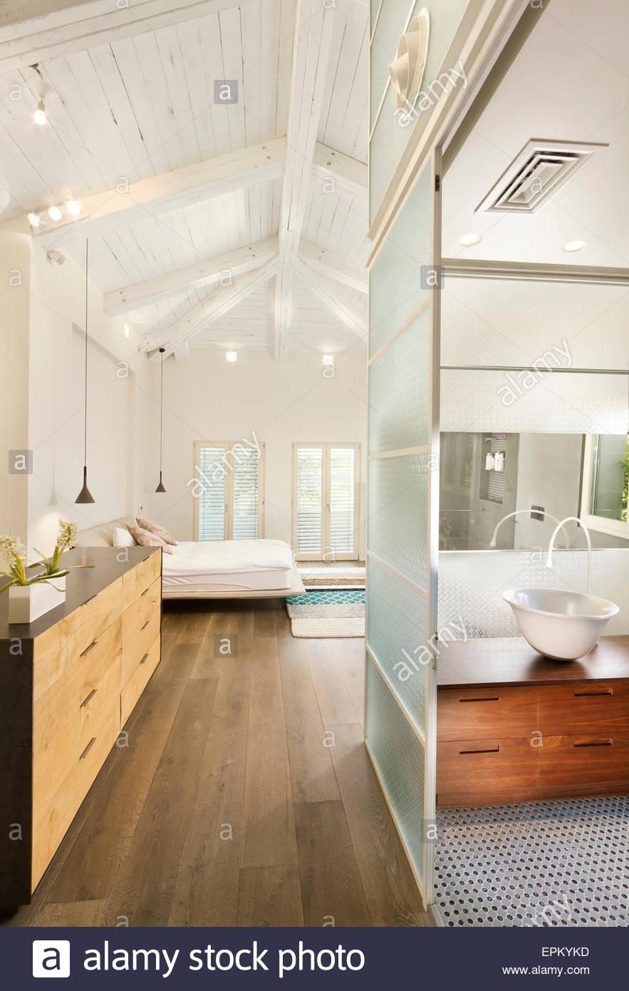 Weißes Schlafzimmer mit En-Suite Badezimmer mit Glas-Schiebetür in ...