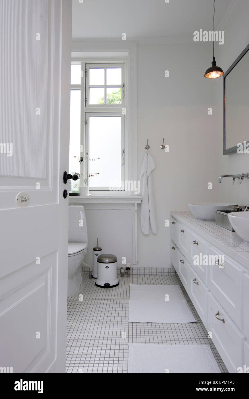 Blick durch die Tür in weiß geflieste Badezimmer in Hanne Davidsen ...