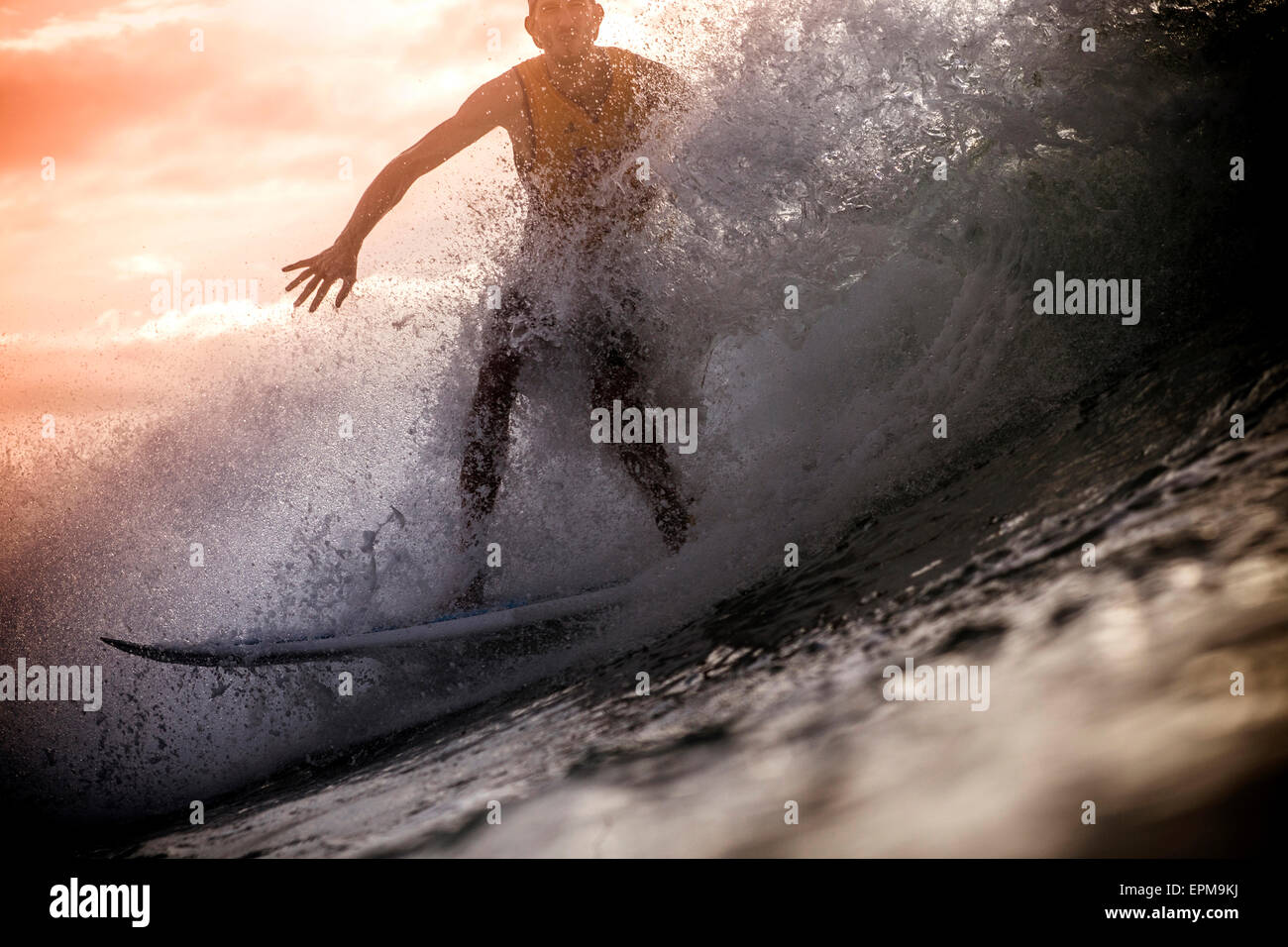 Indonesien, Insel Lombok, Surfen Mann am Hintergrundbeleuchtung Stockbild