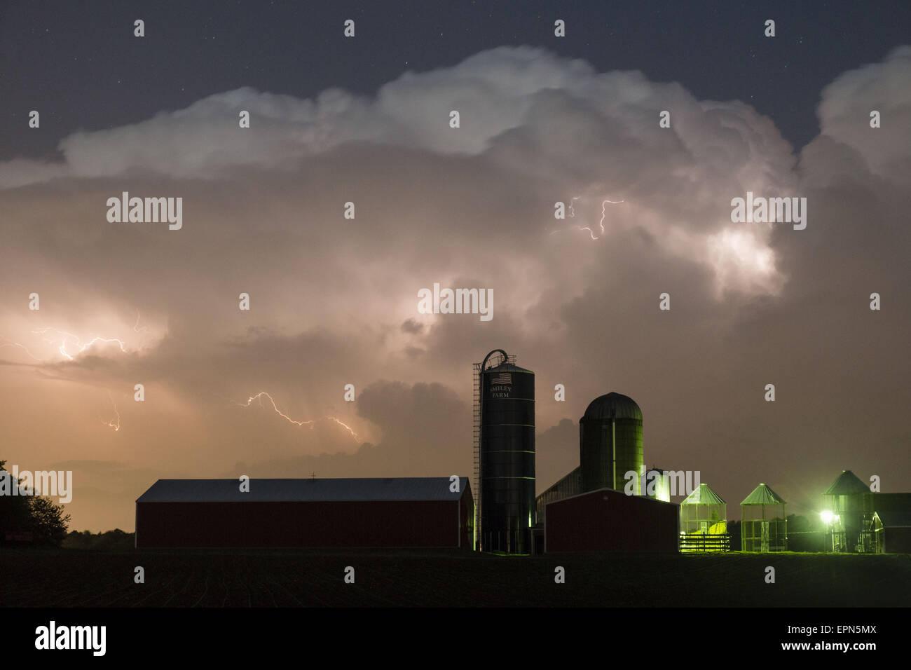 Stadt Wallkill, NY, USA. 19. Mai 2015. Blitze in den Wolken über der Scheune und Silos von einem Bauernhof Stockbild