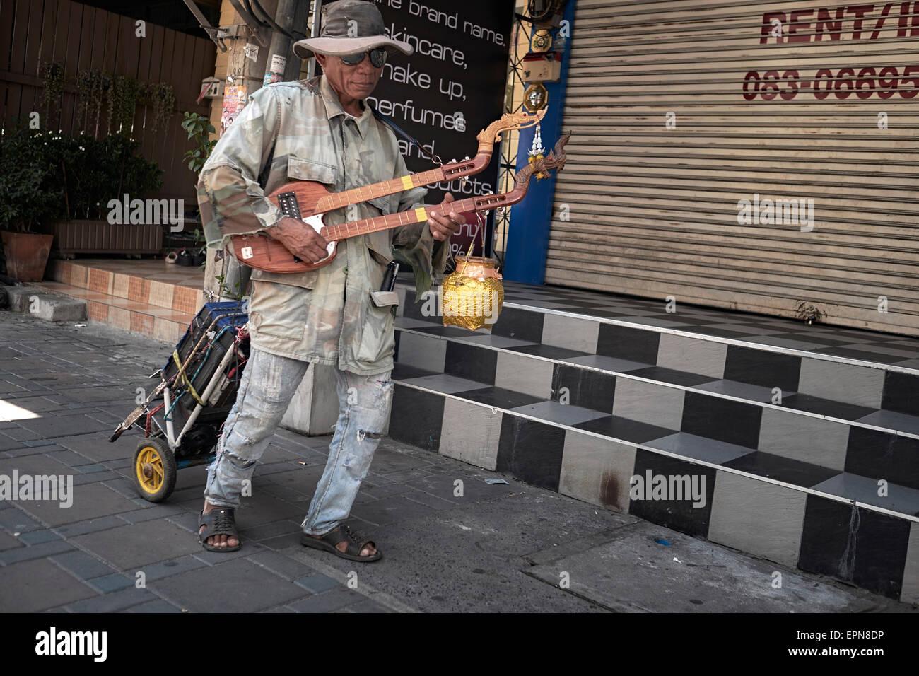 Thailand blind street Gaukler spielen der traditionellen necked Phin laute Gitarre. Stockbild
