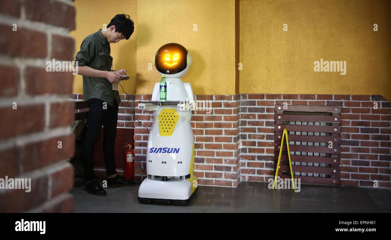 Shenyang, China Liaoning Provinz. 20. Mai 2015. Ein Mitarbeiter setzt einen Roboter in einem Restaurant in Shenyang, Stockbild