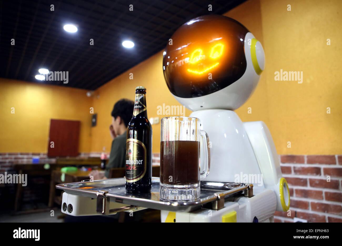 Shenyang, China Liaoning Provinz. 20. Mai 2015. Ein Roboter serviert Bier in einem Restaurant in Shenyang, Hauptstadt Stockbild