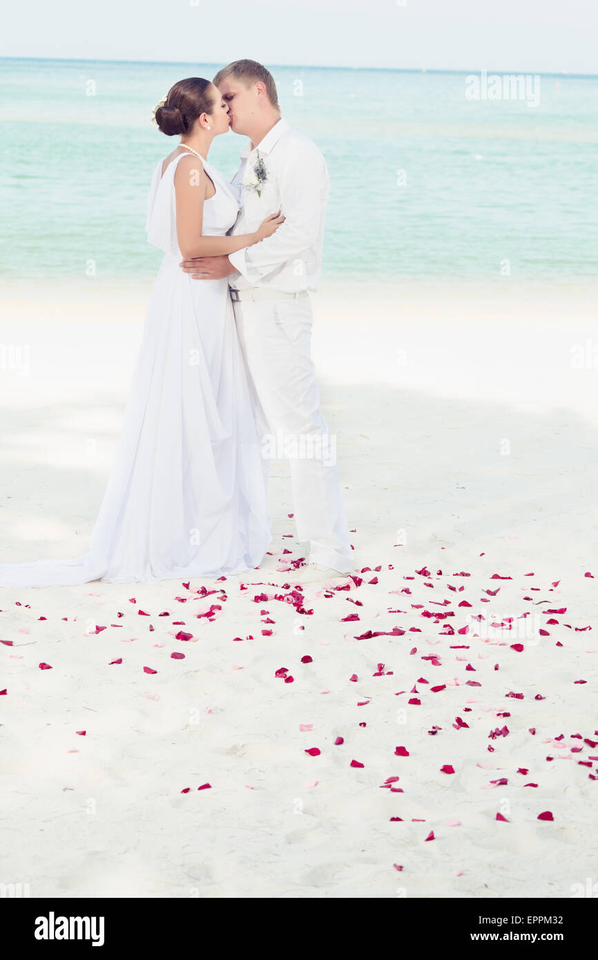 Bride Groom Kissing Beach Stockfotos & Bride Groom Kissing Beach ...