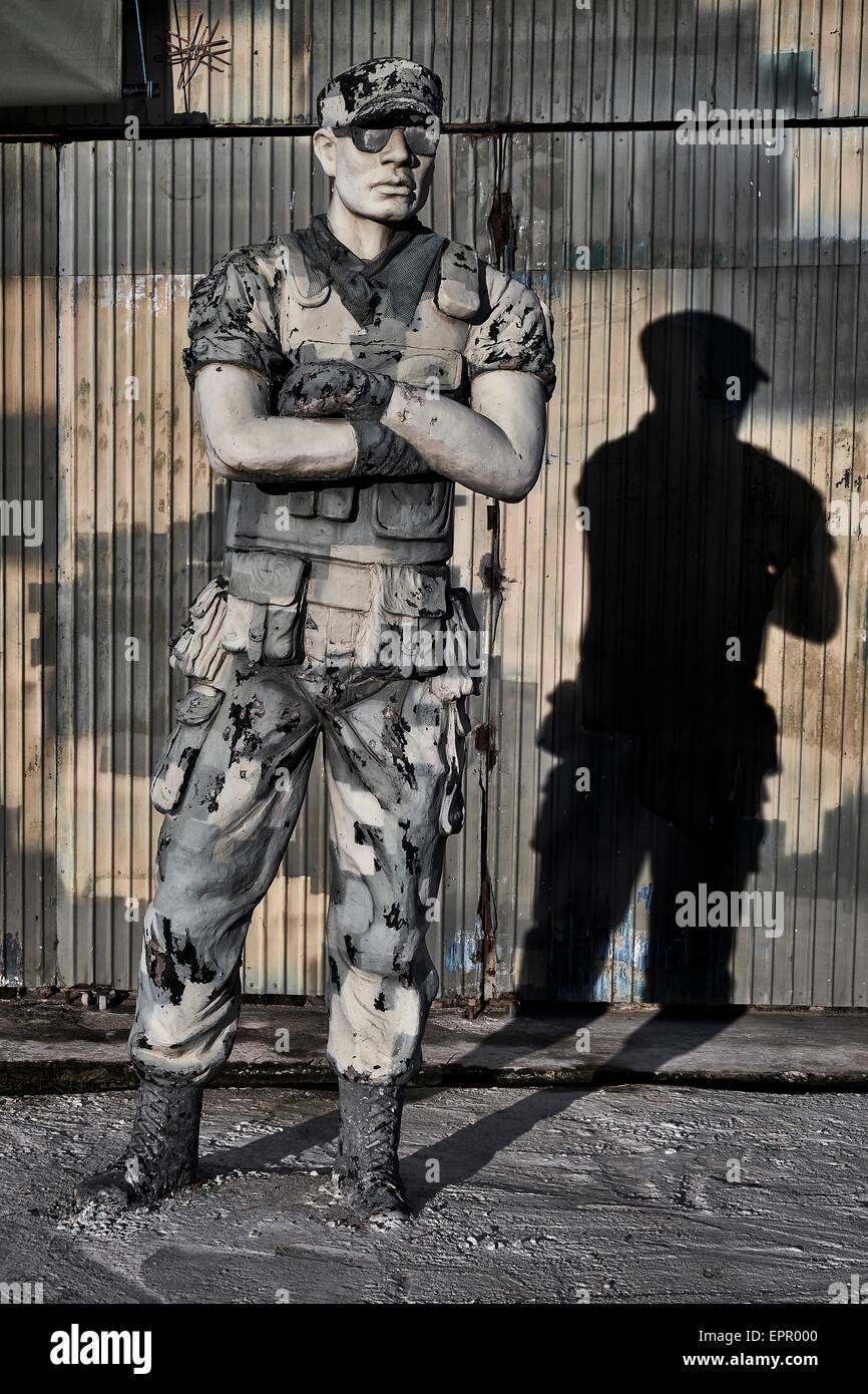 Statue von einem amerikanischen Special Kräfte Soldat am Eingang zu einem Ausstellungsort des 2. Weltkrieges. Stockbild