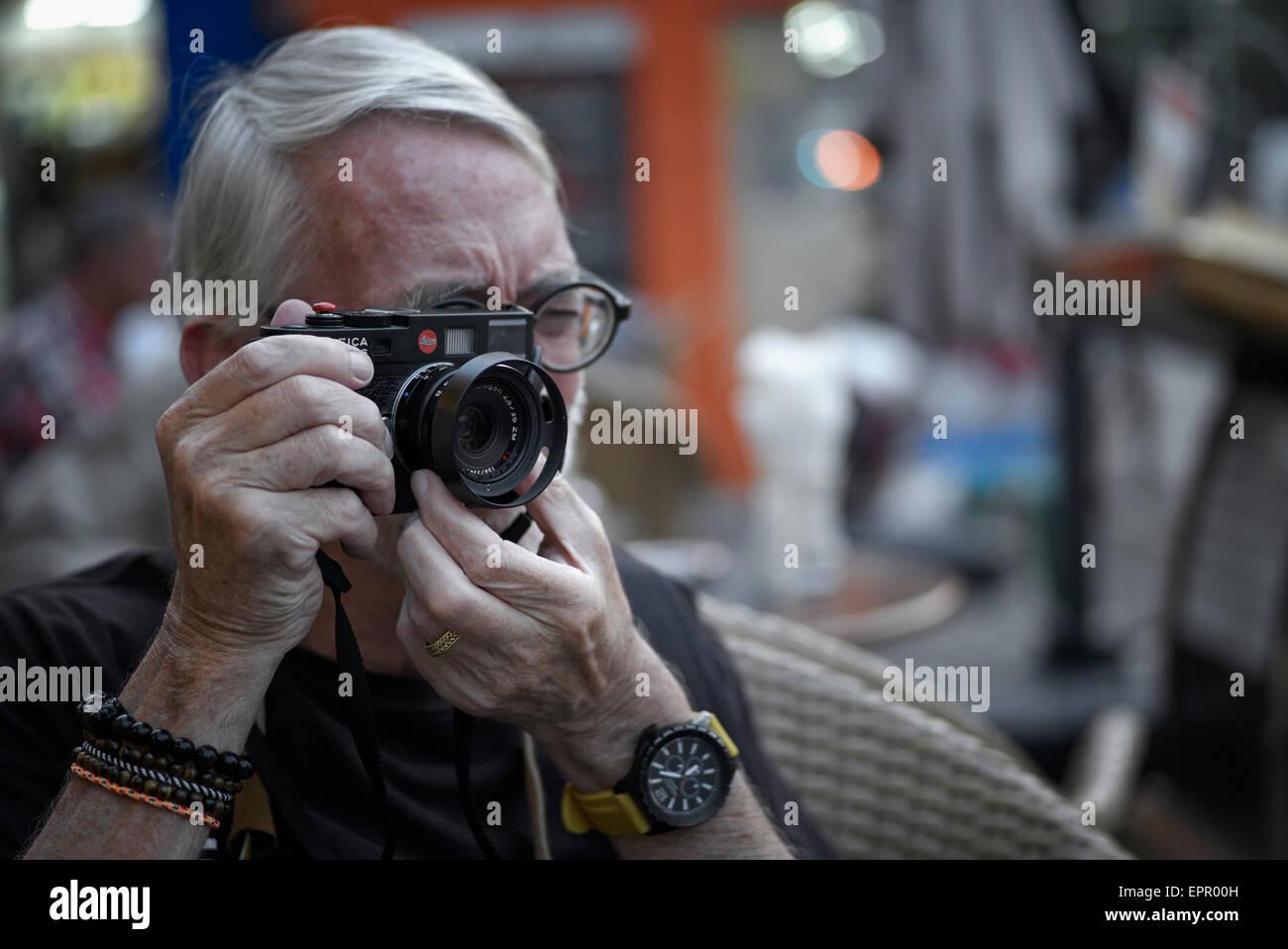 Fotograf mit einem vintage leica m entfernungsmesser film kamera