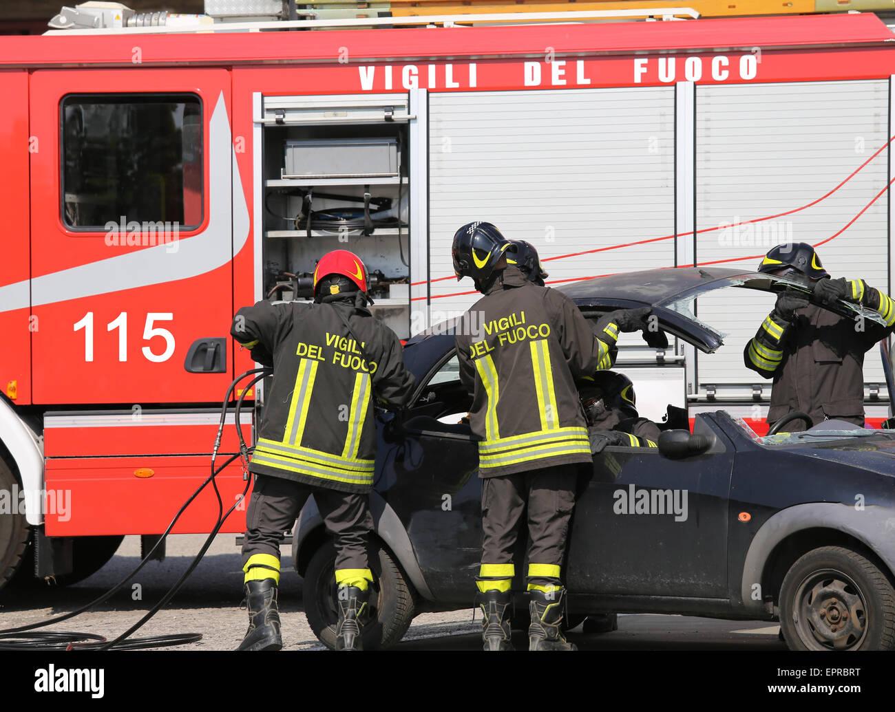 Feuerwehr ausziehen die Motorhaube des Autos nach einem schweren ...