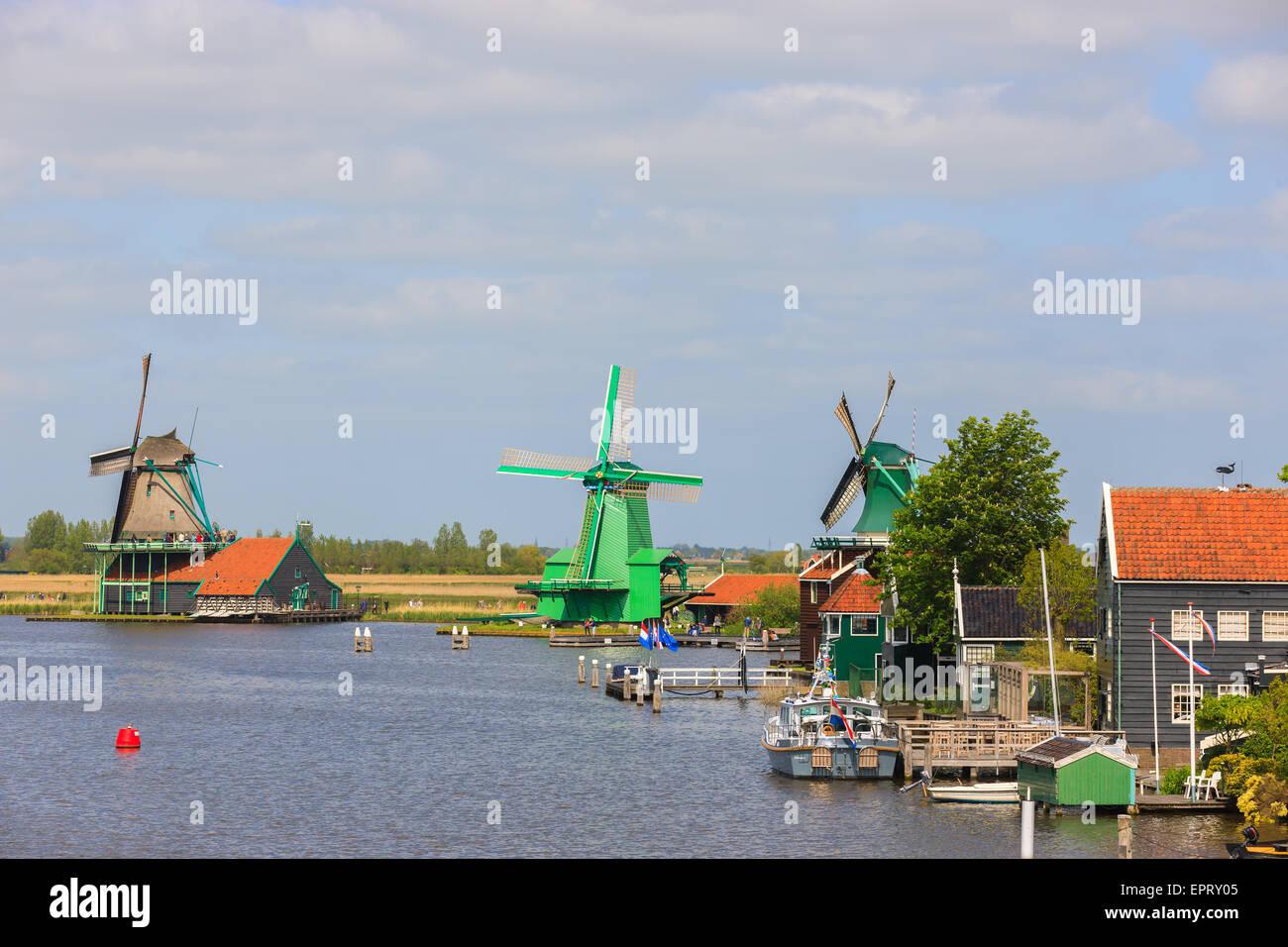 Auf der Zaanse Schans, holländische Windmühlen entlang des Flusses De Zaan nördlich von Amsterdam, Stockbild