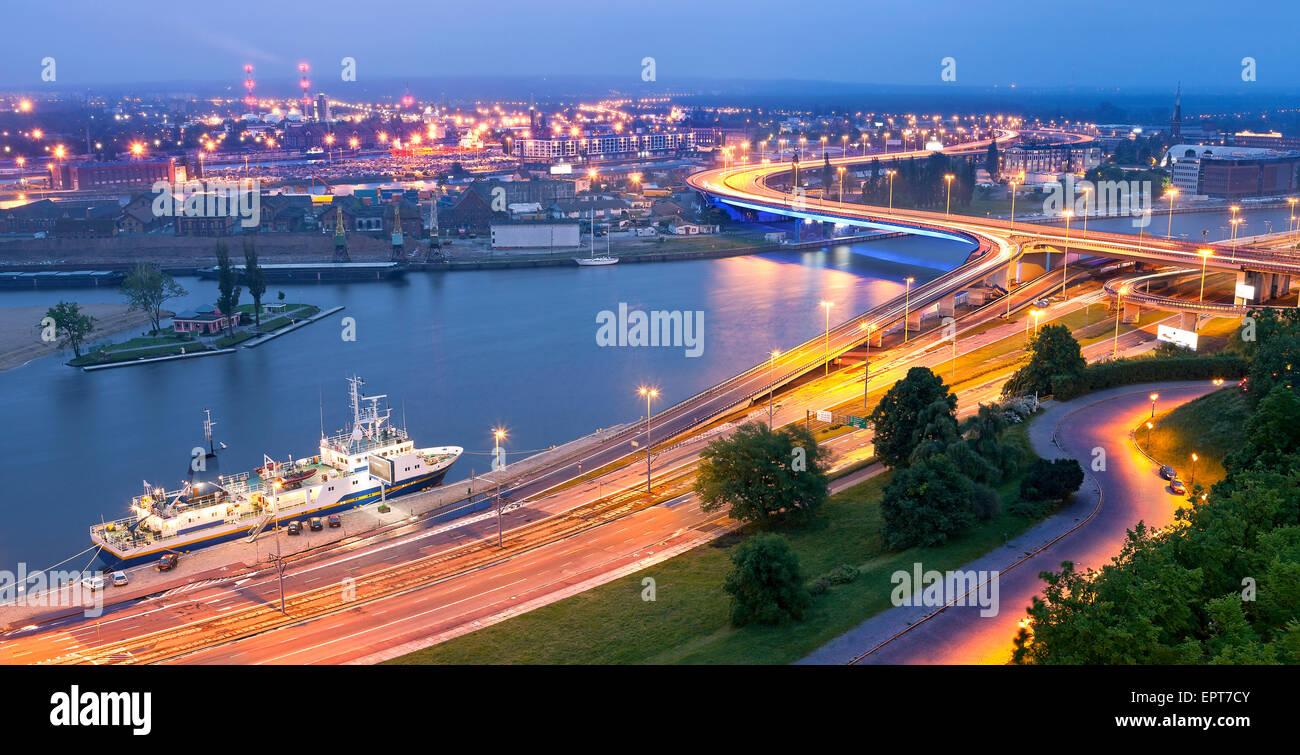 Panoramablick von Stettin, am Wasser in der Abenddämmerung, Polen. Stockbild