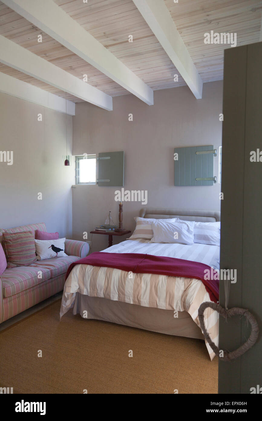 Strand inspirierte Schlafzimmer in Naturtönen mit Sisal Teppich im