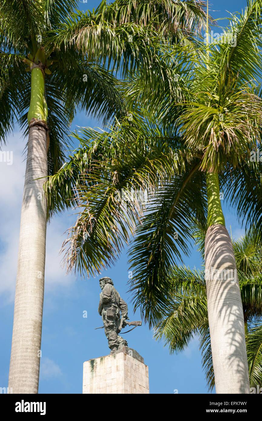 Statue von kubanischen Revolutionär Che Guevara steht mit Palmen ein Mausoleum gewidmet, Kämpfer aus der Stockbild