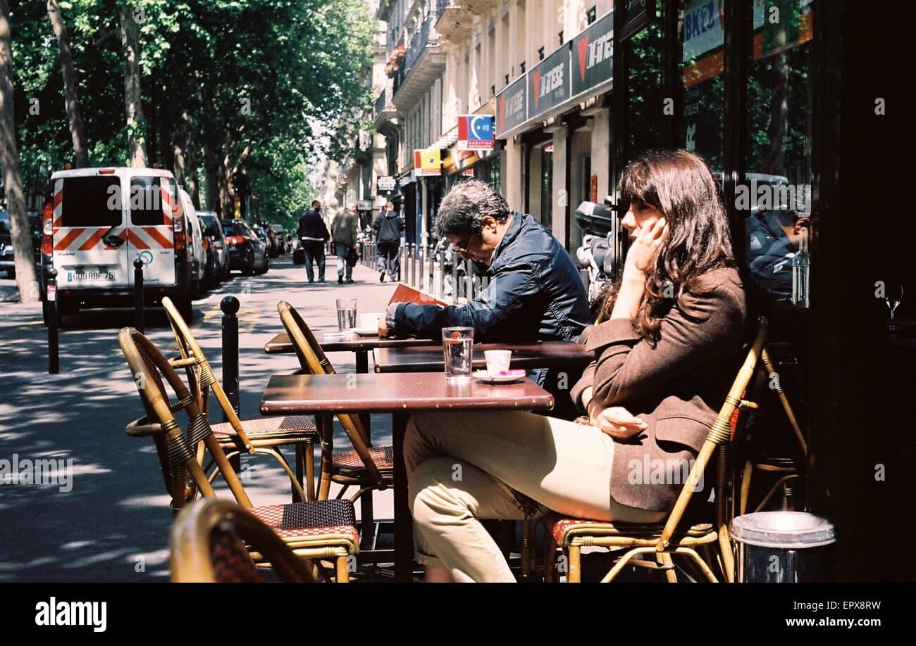 AJAXNETPHOTO. PARIS, FRANKREICH. -CAFE SOCIETY - RUHIGEN MOMENT AUF DER BOULEVARD DES VERGOß. FOTO: JONATHAN Stockbild