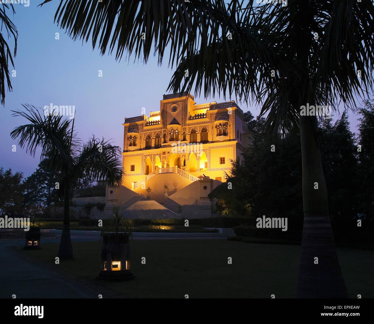 Außenseite der Maharadscha Palast in der Abenddämmerung, Ananda im Himalaya, The Palace Estate, Narendra Stockbild