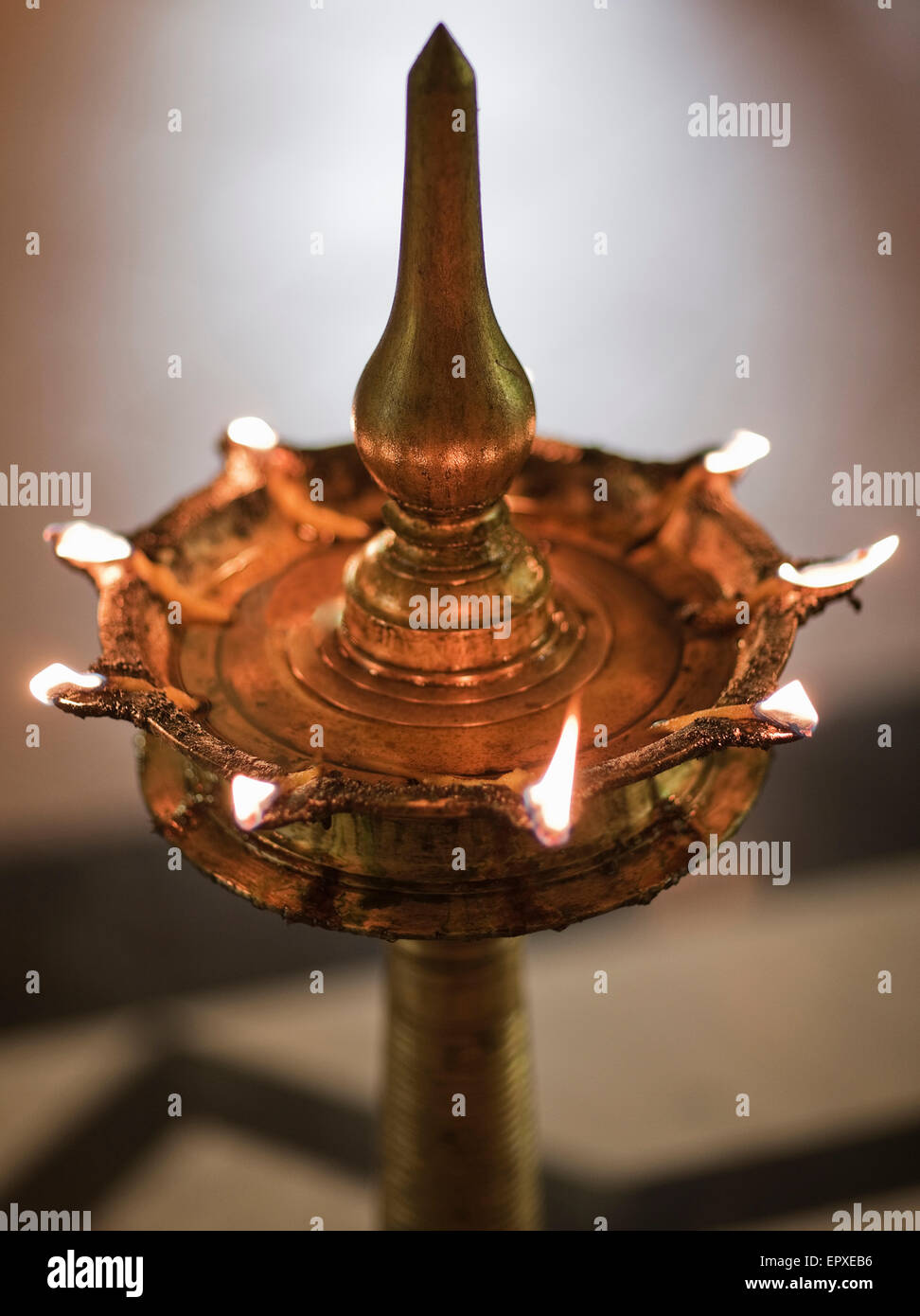 """Ein """"Diya"""" (oder Lampe) ist gefüllt mit Senföl und beleuchtet im Flur des Ananda Spa, Ananda Stockbild"""