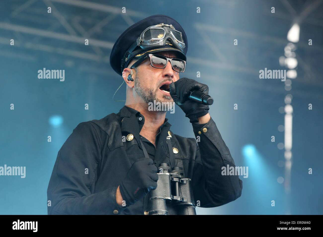 Darmstadt, Deutschland. 23. Mai 2015. Frontmann Alexander \
