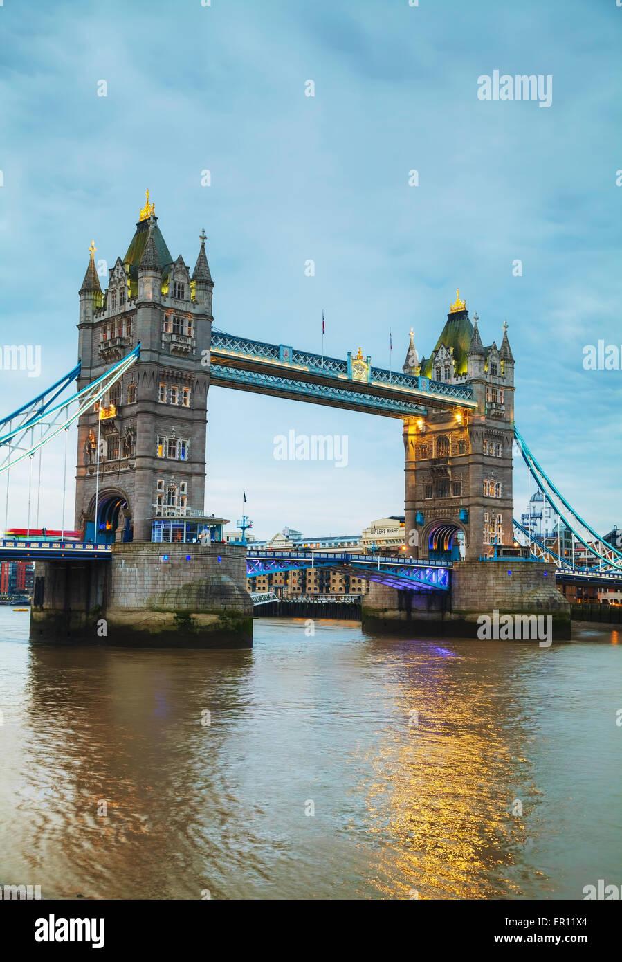 Tower Bridge in London, Vereinigtes Königreich bei Nacht Stockbild