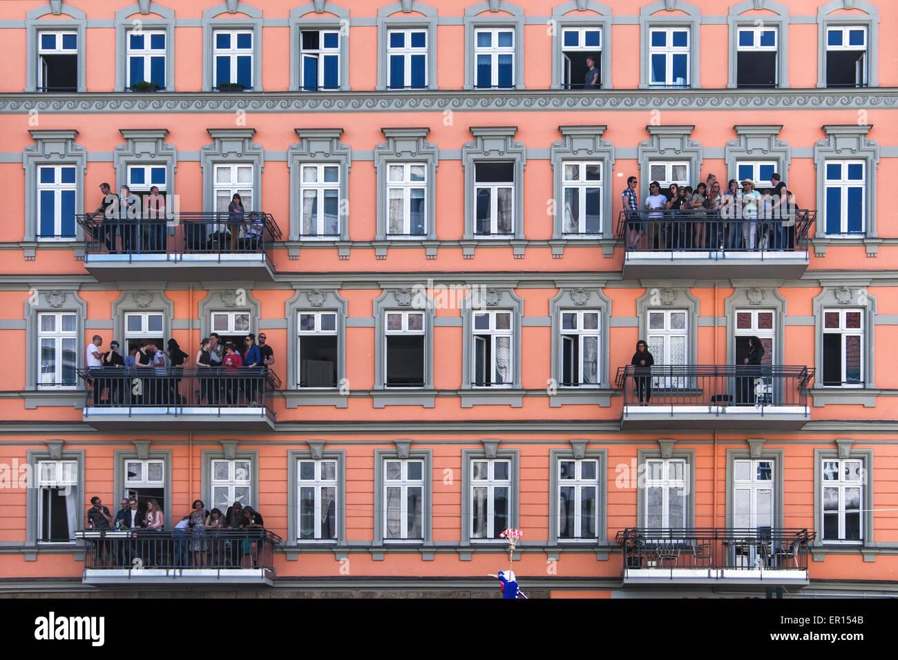 Kreuzberg, Berlin, Deutschland, 24. Mai 2015. Die Menschen sehen den Karneval der Kulturen von ihren Balkonen am Stockbild