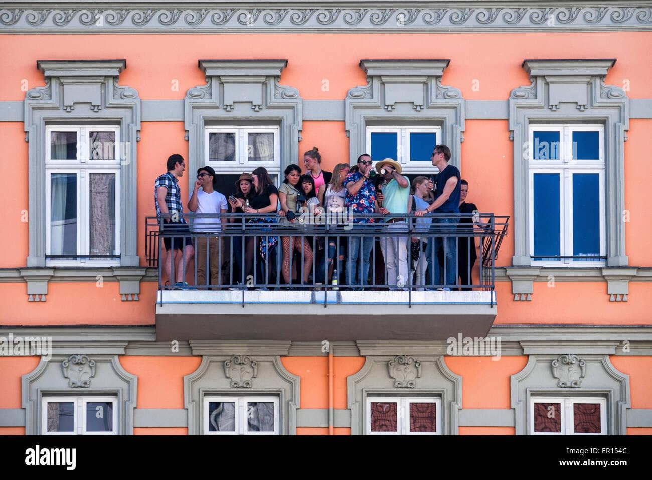 Kreuzberg, Berlin, Deutschland, 24. Mai 2015. Die Menschen sehen den Karneval der Kulturen auf ihrem Balkon am Hermannplatz. Stockbild