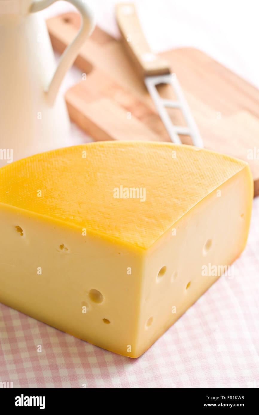Edamer Käse auf Küchentisch Stockbild