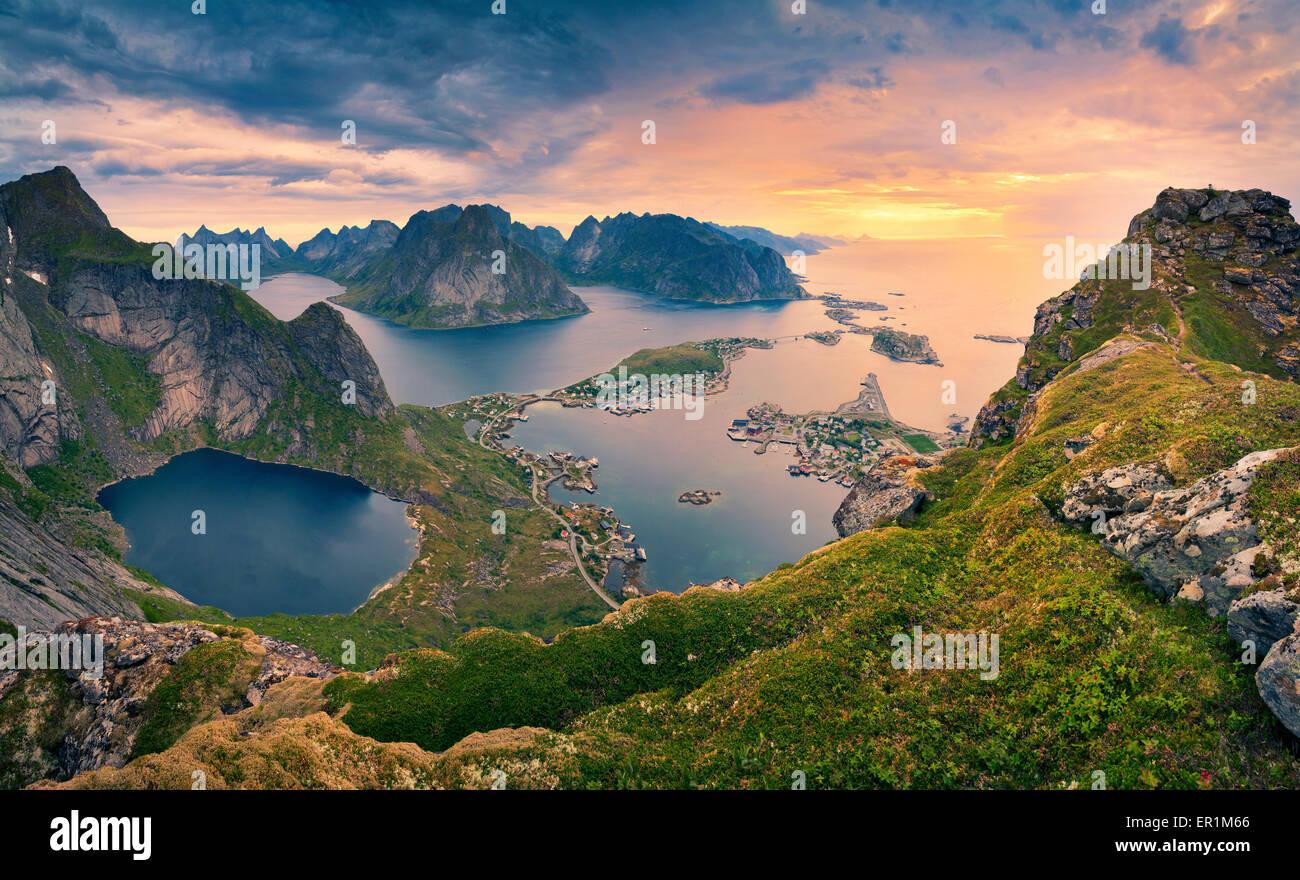 Norwegen. Blick vom Reinebringen auf Lofoten Inseln, in Norwegen, während Sommer Sonnenaufgang. Stockbild