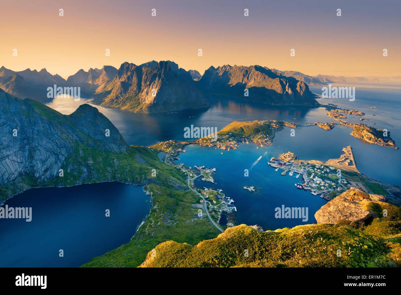 Lofoten-Inseln. Blick vom Reinebringen auf Lofoten Inseln, in Norwegen, während Sommer Sonnenuntergang. Stockbild