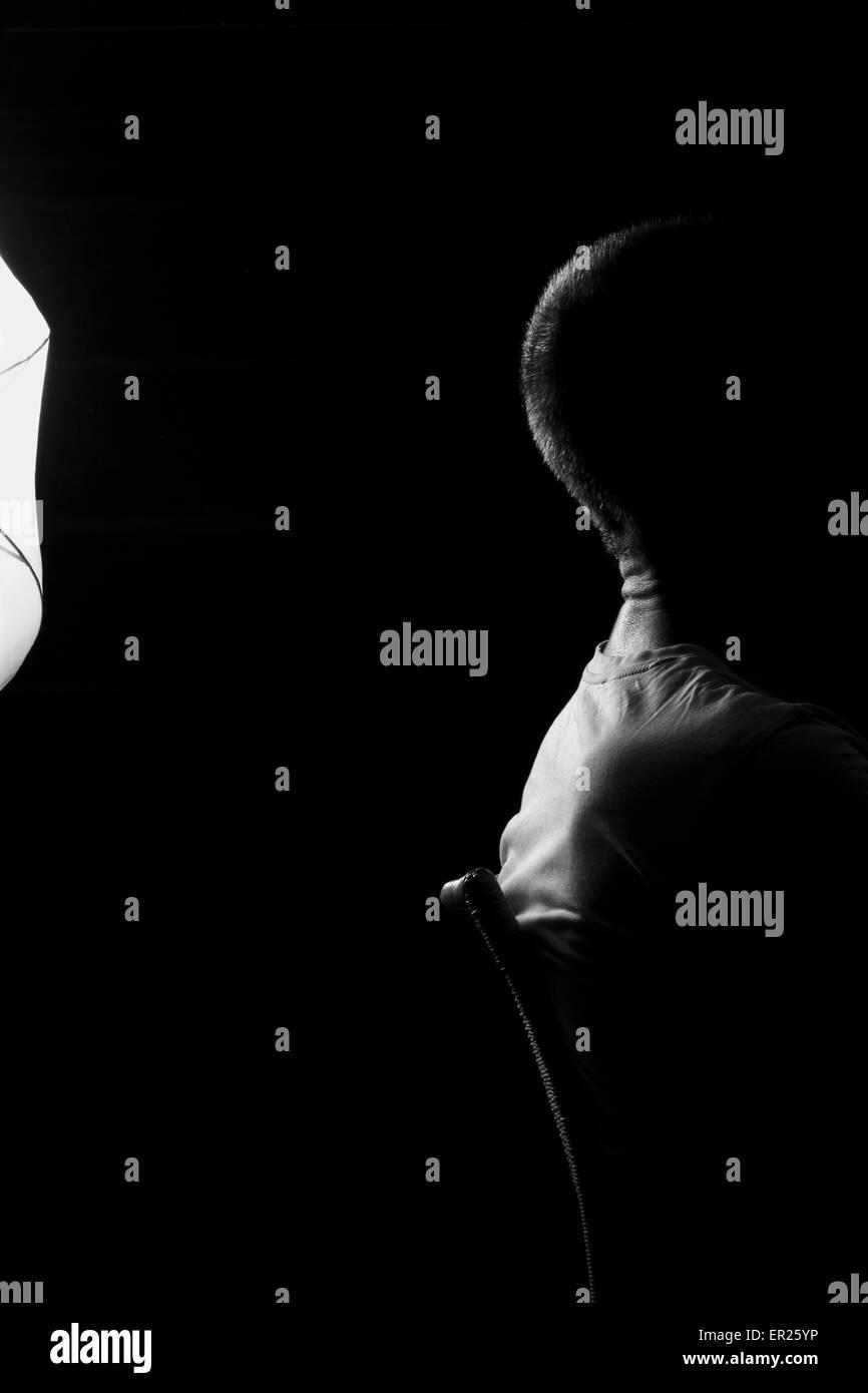 Sonnenschirm Beleuchtung 40-jährigen Mann Hintergrundbeleuchtung, schwarz / weiß Stockbild