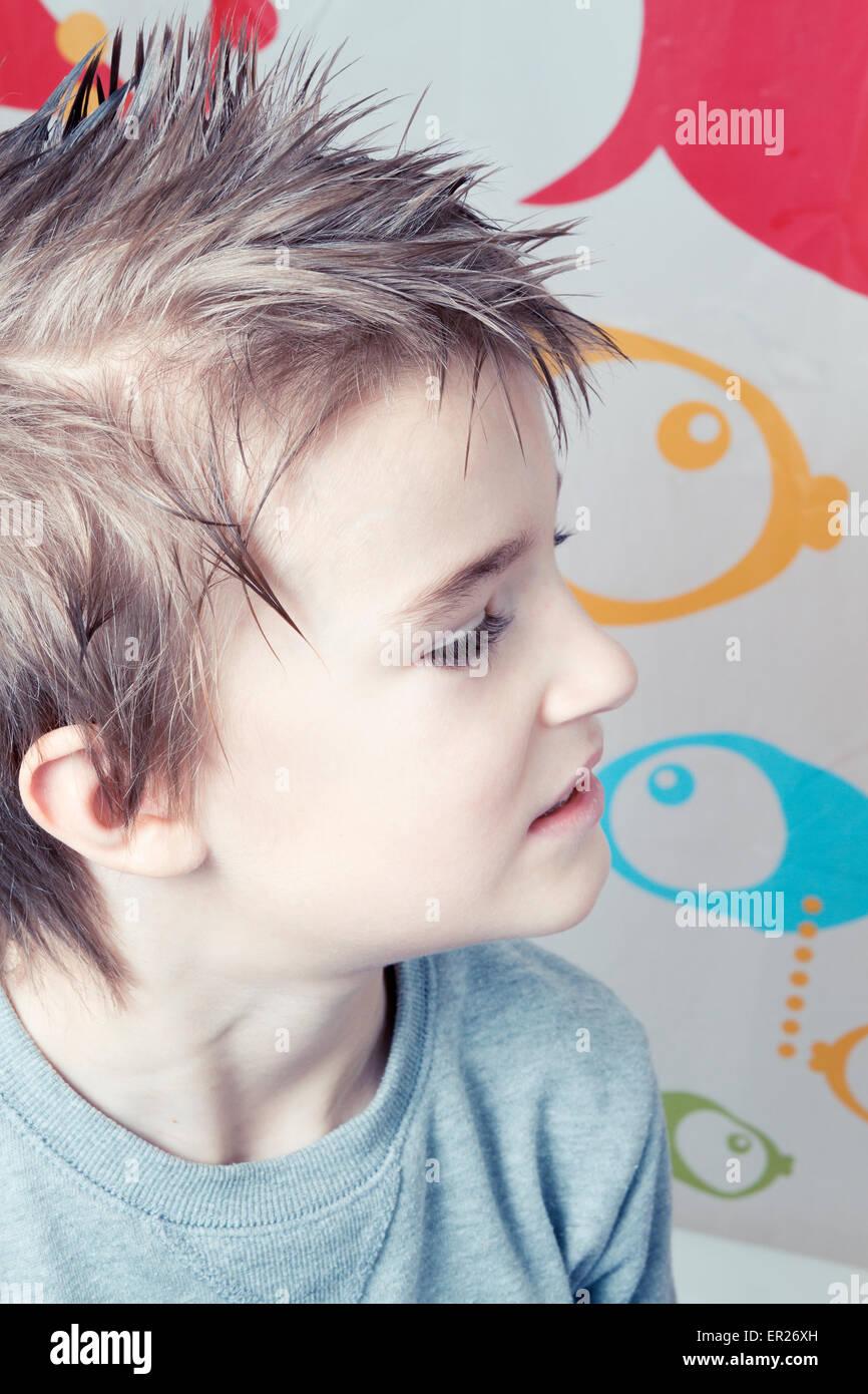 Junge 8 Jahre Frisur Stacheligen Haaren Stockfoto Bild 83027913