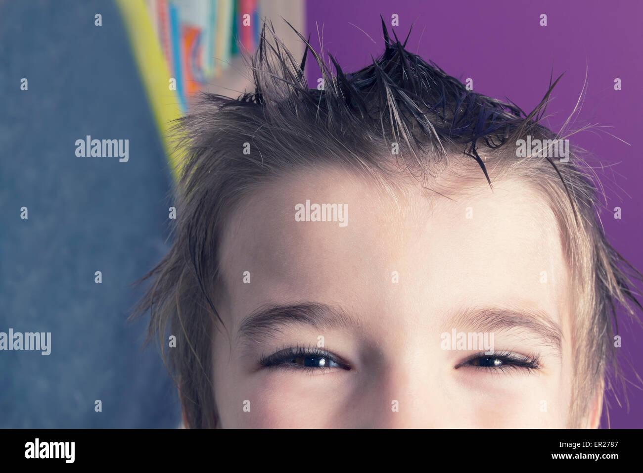 junge 8 Jahre Frisur stacheligen Haaren Stockbild