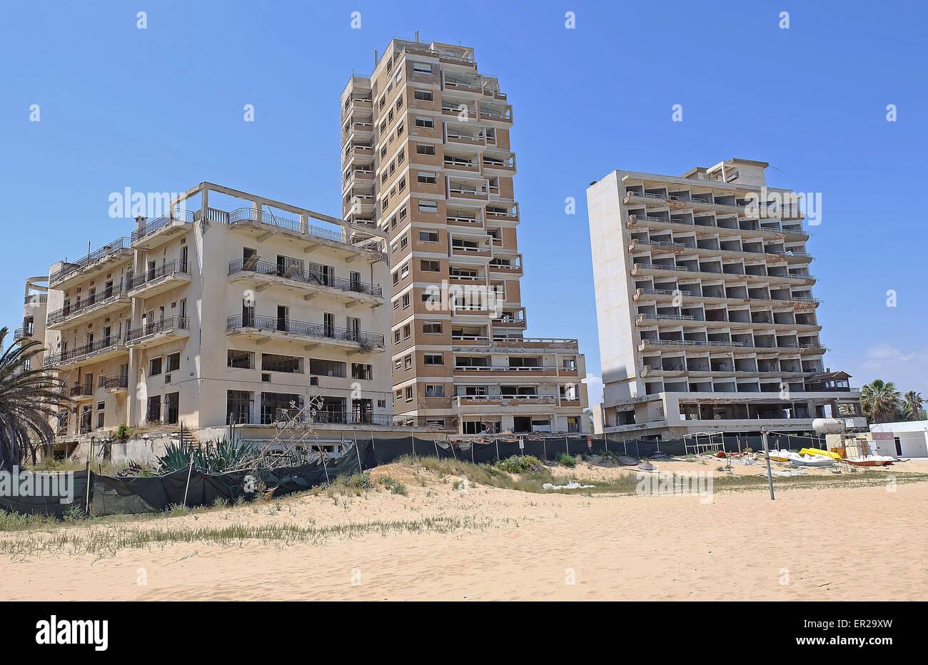 ausgebombt und hotels und appartements am strand von varosha famagusta zypern lag in tr mmern. Black Bedroom Furniture Sets. Home Design Ideas