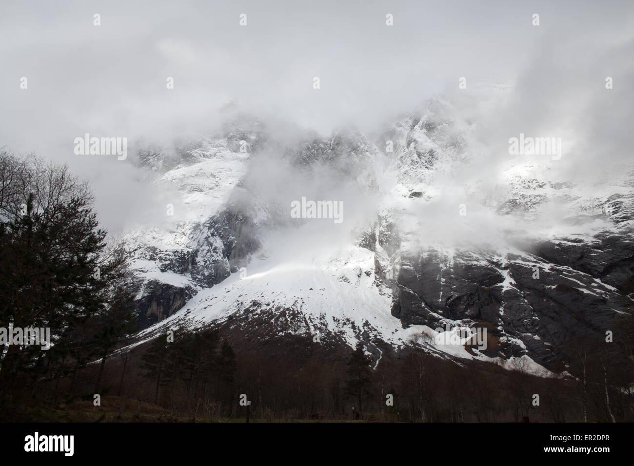 Die spitzen Trolltindane und die 3000 Meter vertikale Troll Mauer im Nebel, im Tal Romsdalen, Norwegen. Stockbild