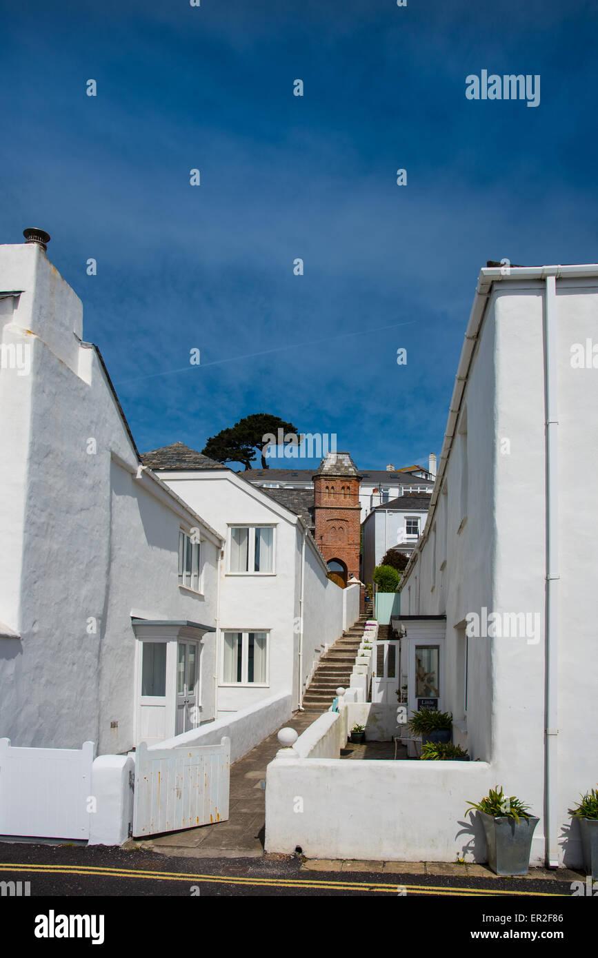 Weiße Häuser und blauer Himmel in St. Mawes, Cornwall. Stockbild