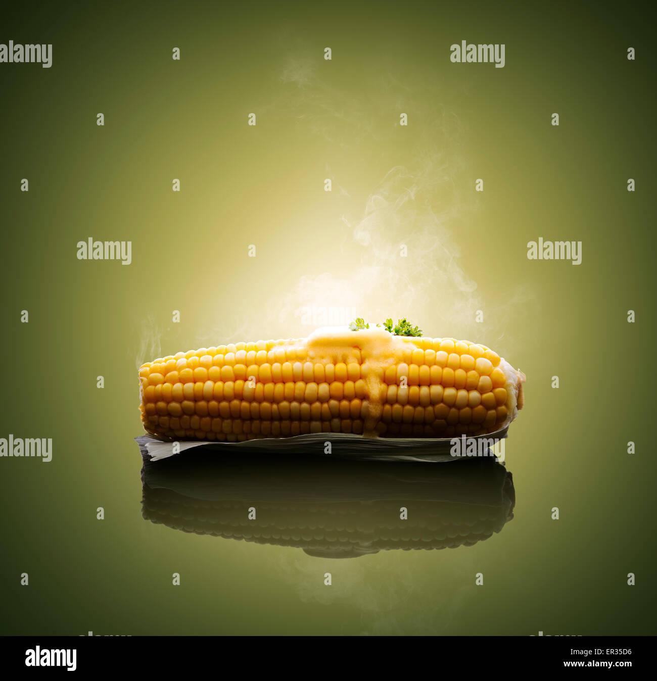 Ohr des Mais mit schmelzenden heißer Butter und Dampf gekocht Stockbild