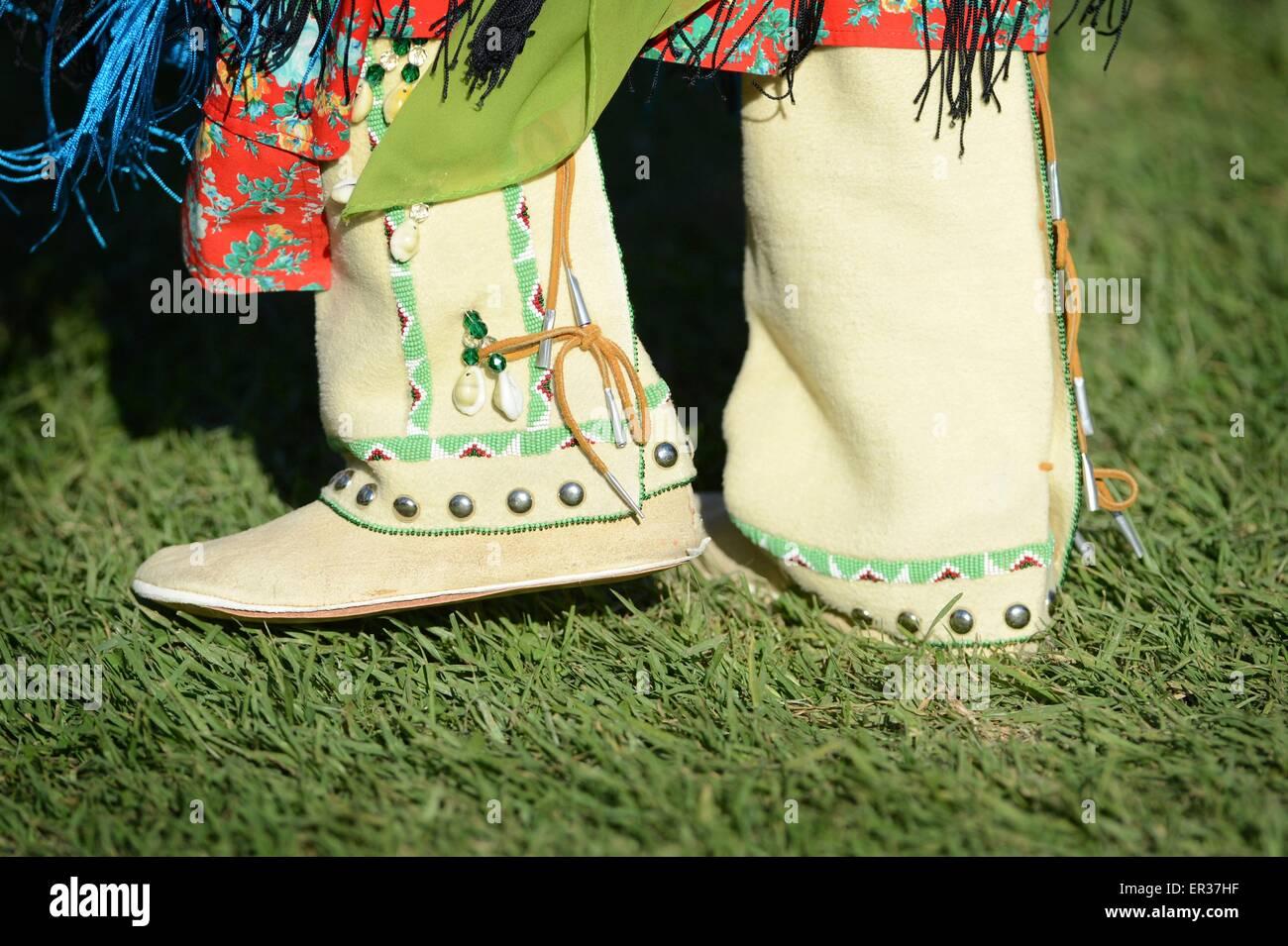 65bae9235940 Authentische indianische Mokassin Regalia während der jährlichen Erbe Tag  Pow Wow 25. November 2014 in