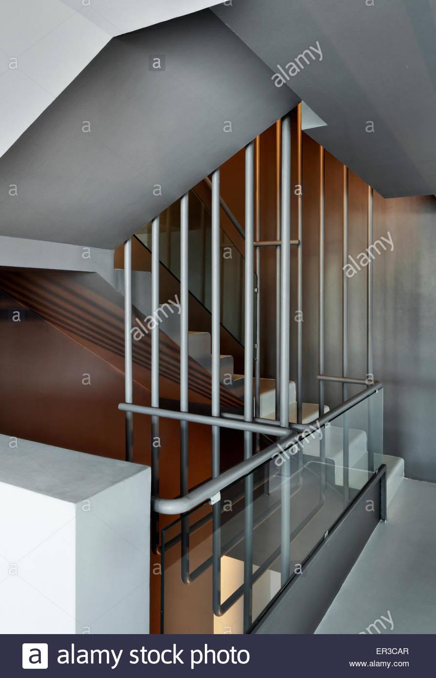 Treppe mit Metall und Glas Geländer in modernen Wohnung, Italien ...