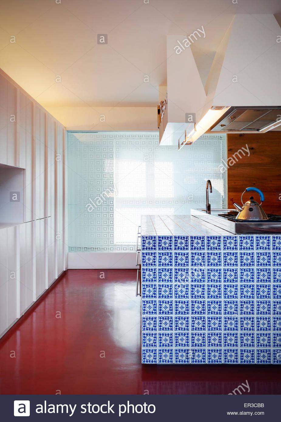 Blau Und Weiss Geflieste Kucheninsel In Modernen Wohnung Italien