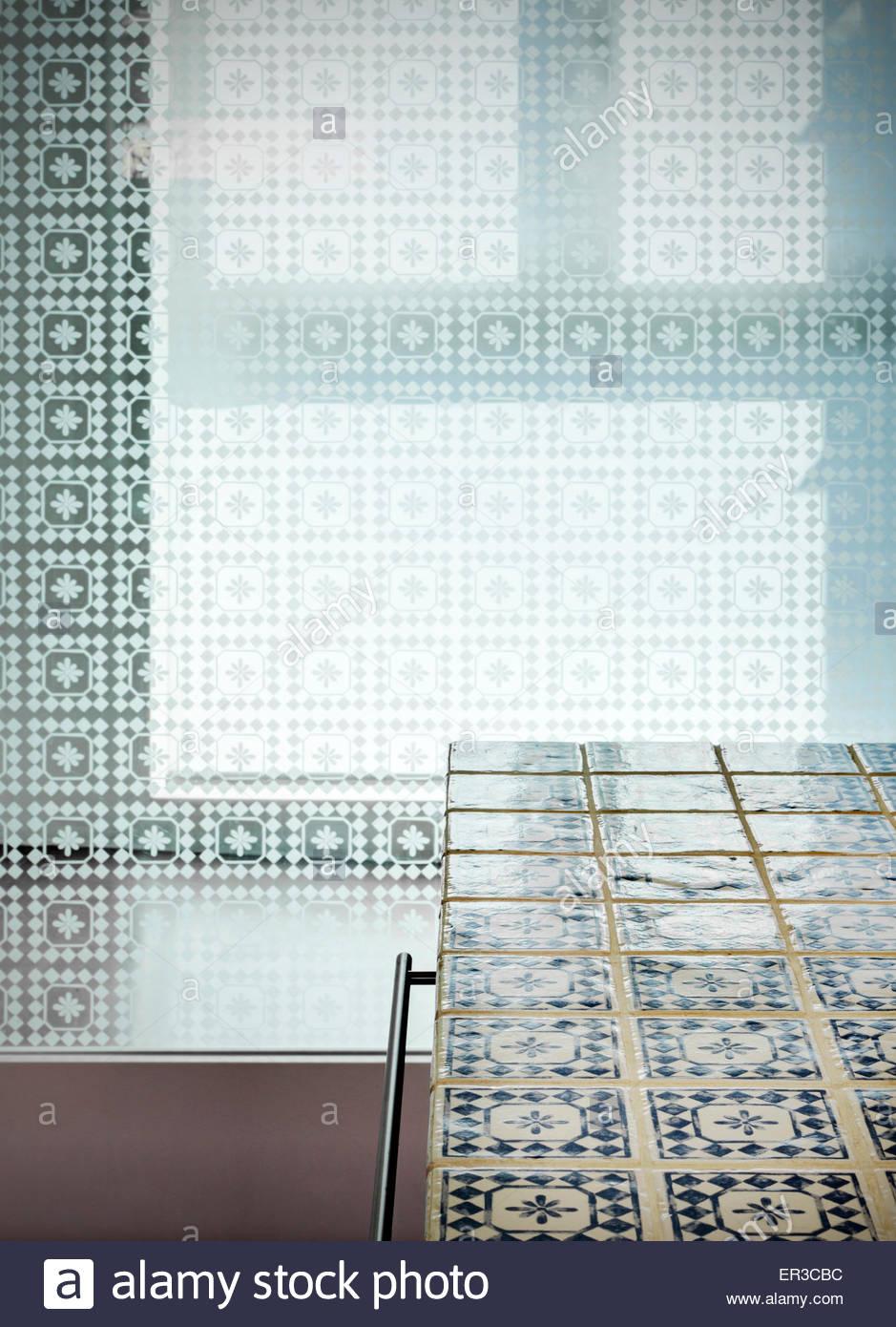 Blau und weiß gefliest Kücheninsel mit Milchglas, moderne Wohnung ...