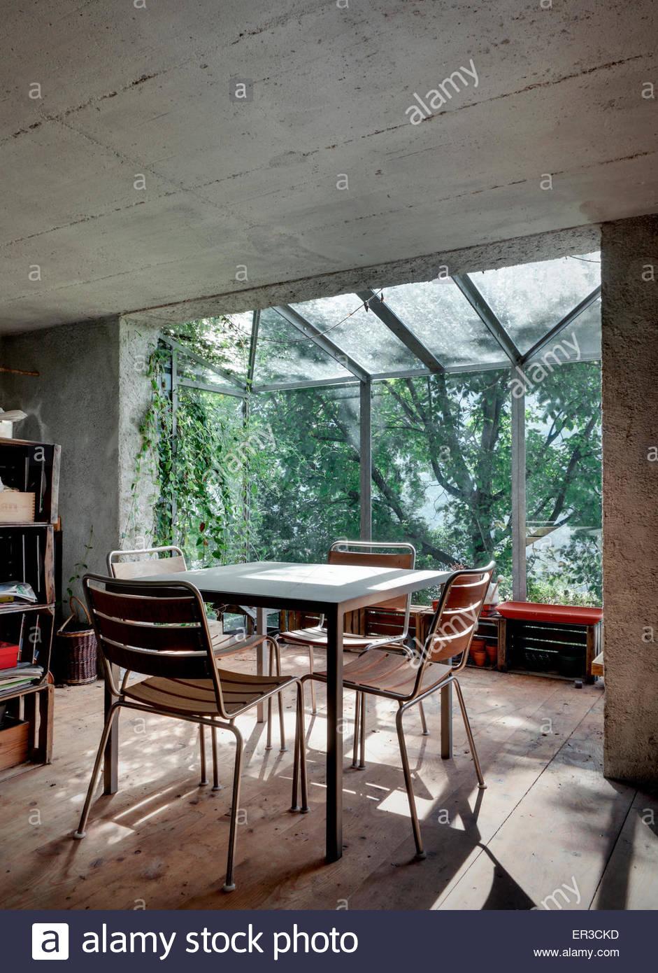 Esstisch Und Stühle Im Konservatorium Von Green Box Renovierten Garage,  Cerido, Morbegno, Lombardei