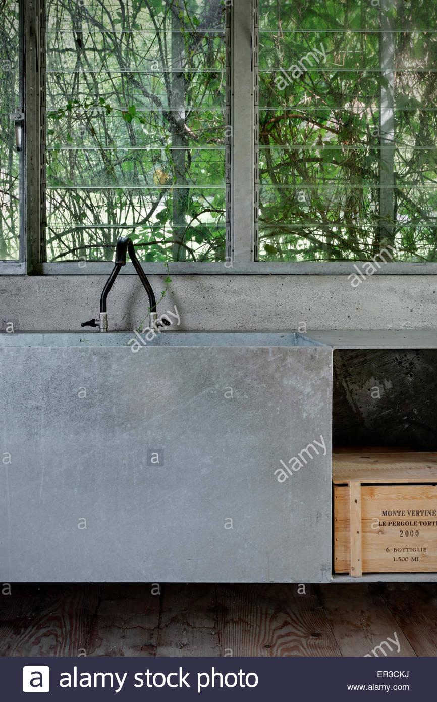 Industrielle Küchenspüle In Green Box Renovierten Garage, Cerido, Morbegno,  Lombardei, Italien Gartenzimmer