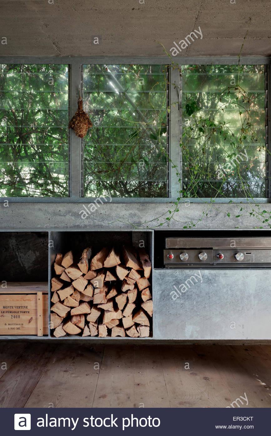 Inneren Brennholz Lagerung In Grüne Box Eine Renovierte Garage In Cerido,  Morbegno, Lombardei,