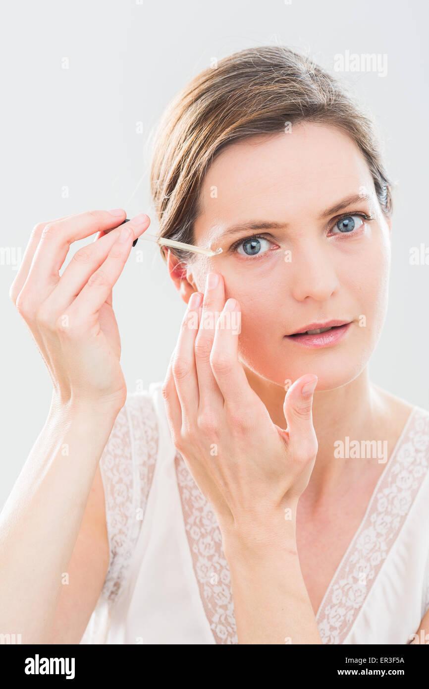 Frau mit Serum Augenpartie. Stockbild