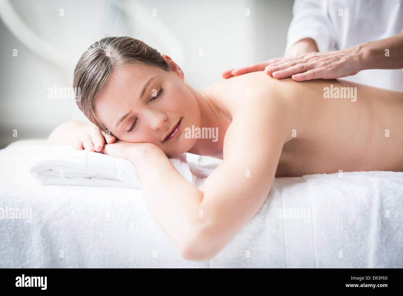 Frau erhält eine Rückenmassage. Stockbild