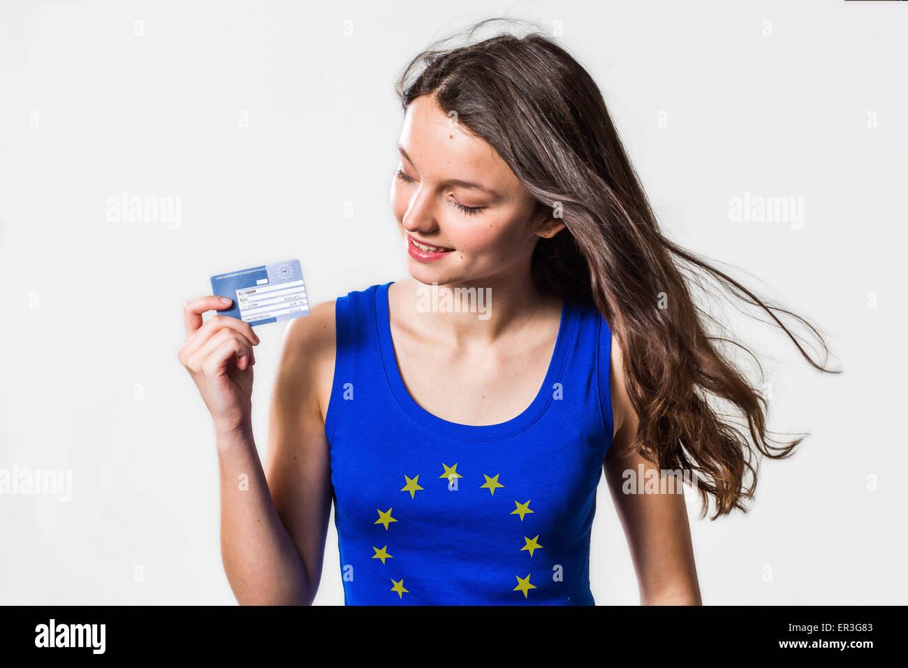 Frau mit europäischen Krankenversicherungskarte. Die Europäische Krankenversicherungskarte (EHIC) ermöglicht Stockbild