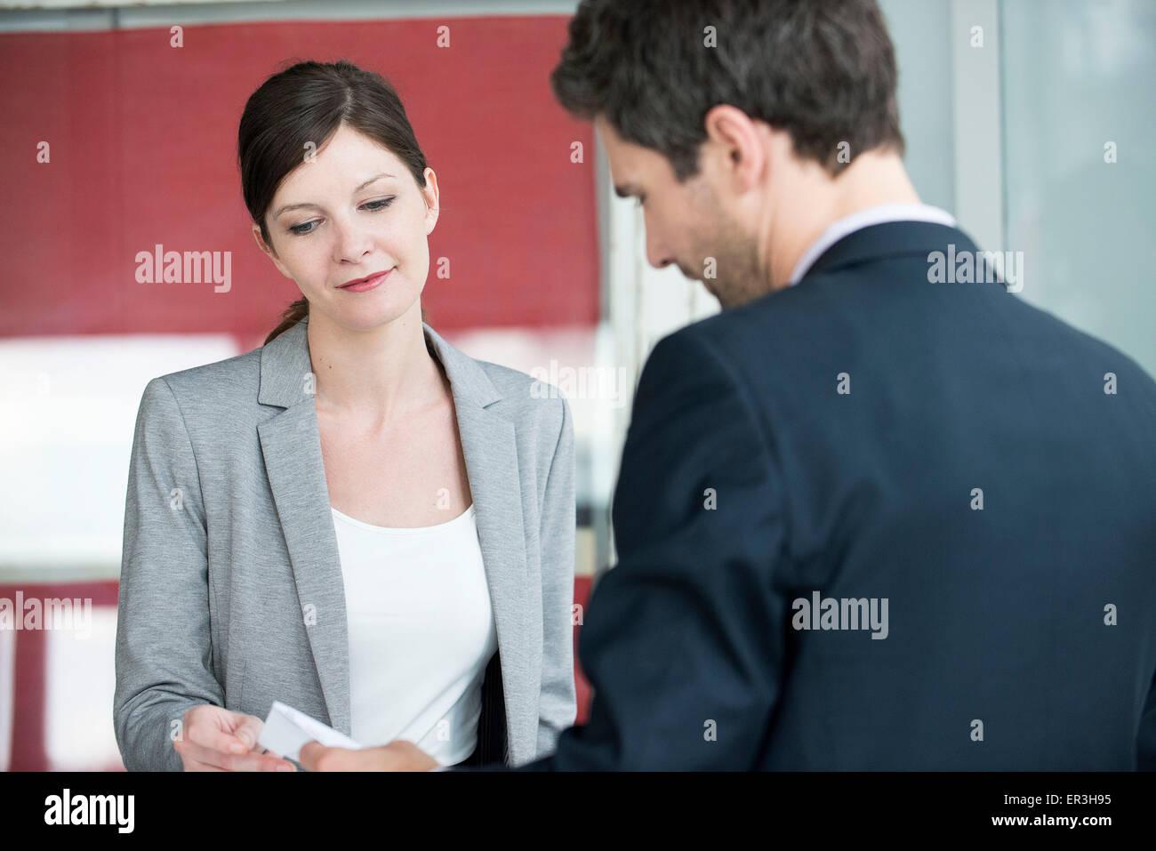 Hotel Rezeption Mitarbeiter Rechnung zu Gast Stockfoto, Bild ...
