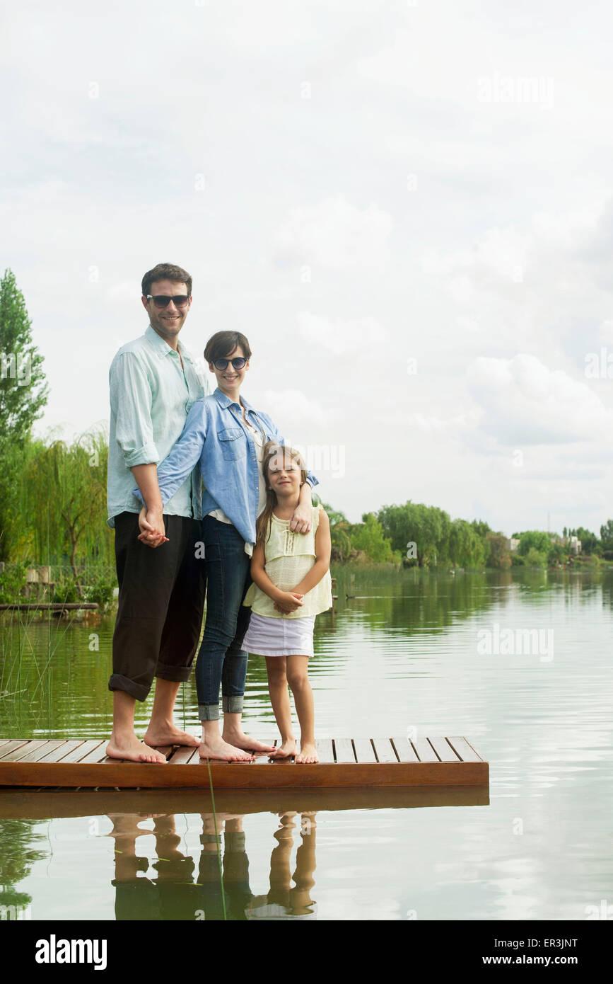 Familie stehen auf Dock, Porträt Stockfoto
