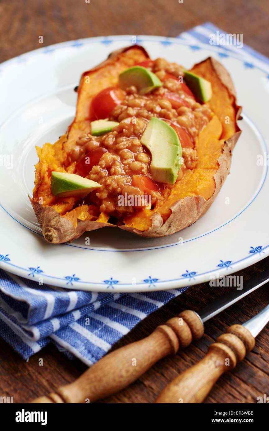 Gebackene Süßkartoffeln mit einem Vegan-Chili. Stockbild