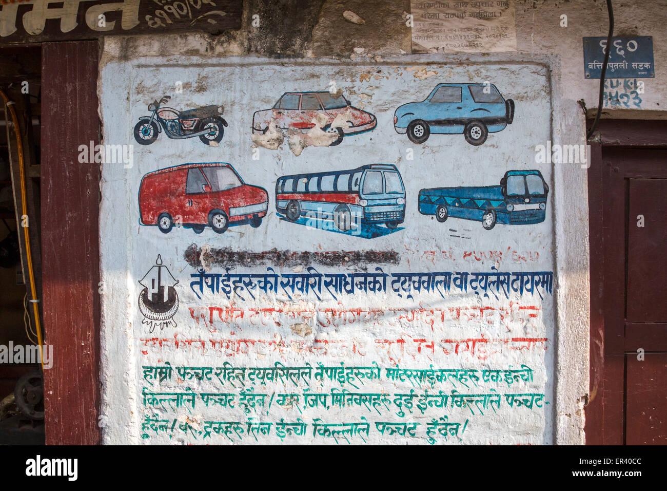 Straßenszene in Kathmandu, Nepal Anzeichen für Transport mieten mit ...