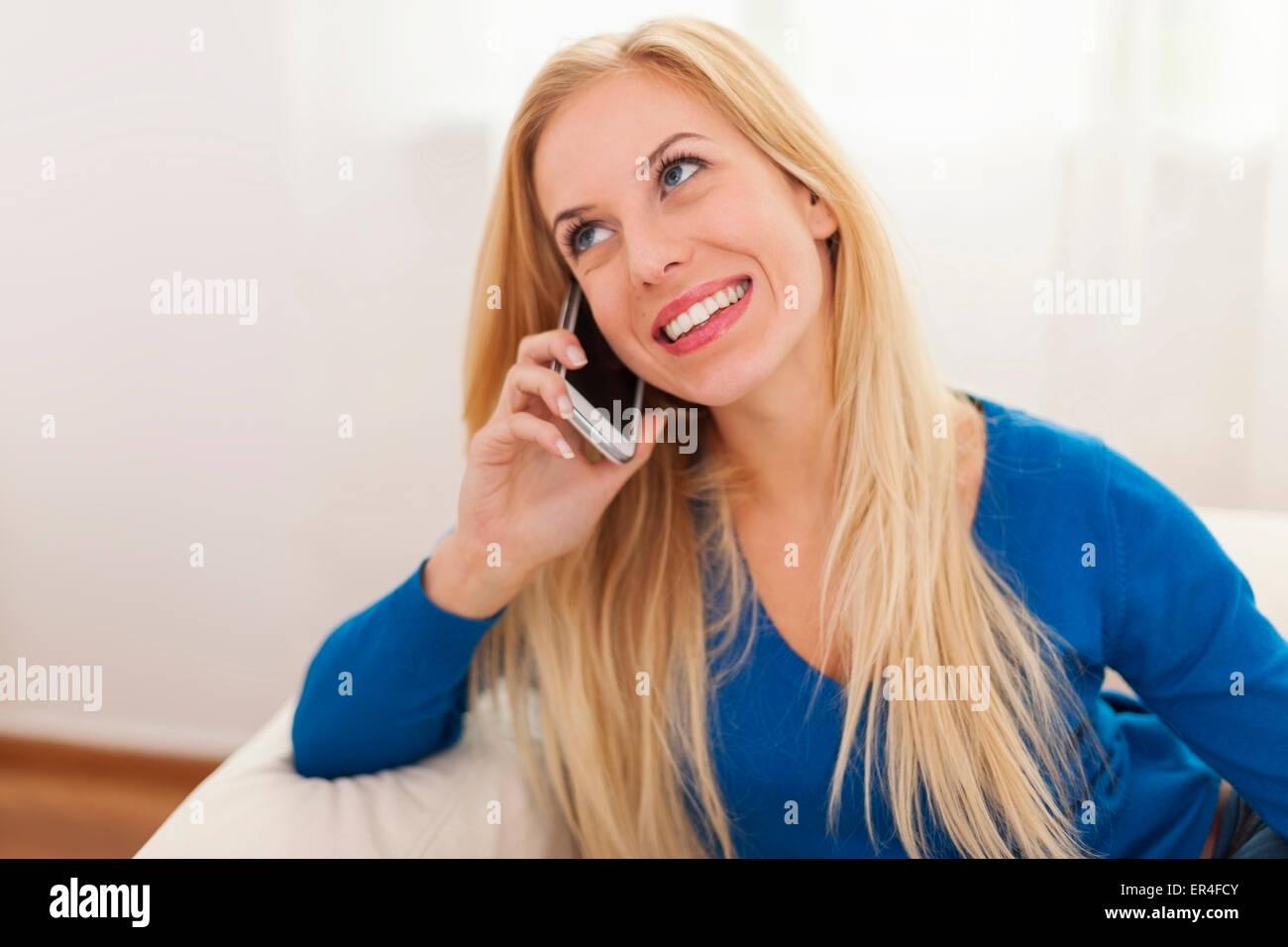 Porträt von Gossip Girl mit Smartphone Stockbild