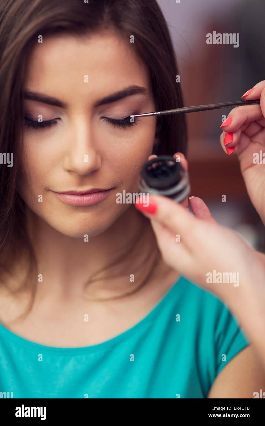 Lidstrich aus Tintenfass mit dem Make-up Pinsel. Debica, Polen Stockbild